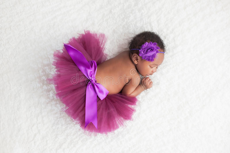 Nowonarodzona dziewczynka Jest ubranym Purpurową spódniczkę baletnicy zdjęcie stock