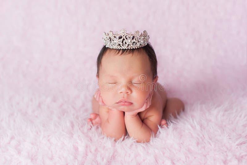 Nowonarodzona dziewczynka Jest ubranym Rhinestone Princess korona zdjęcie royalty free