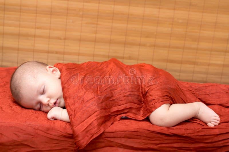 nowonarodzony chłopiec dosypianie zdjęcie royalty free