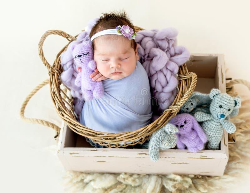 Nowonarodzony dziecka dosypianie z małą zabawką zdjęcia royalty free