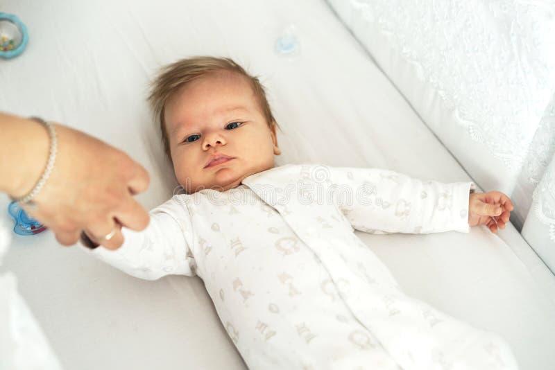 Nowonarodzony dziecko k?ama w pepinierze na ? zdjęcie royalty free