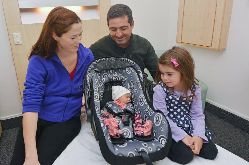 Nowonarodzony dziecko otaczający jego rodziną zdjęcia stock