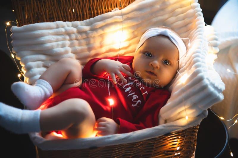 Nowonarodzony dziecko w czerwonym dosypianiu w splatać kosz zdjęcie stock