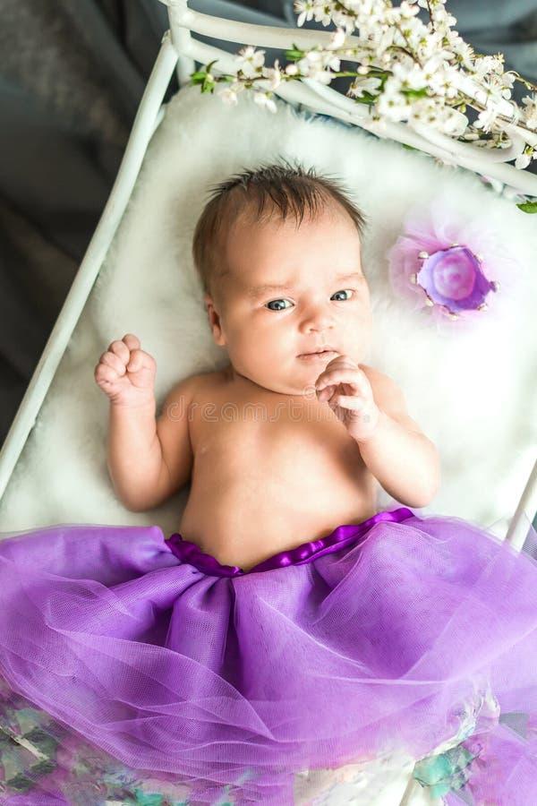 Nowonarodzony dziewczynki princess fotografia royalty free