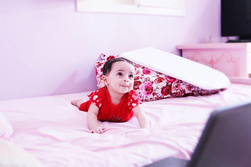 Download Nowonarodzony Dziewczyny Patrzeć Zdjęcie Stock - Obraz złożonej z szczęście, emocja: 57666260