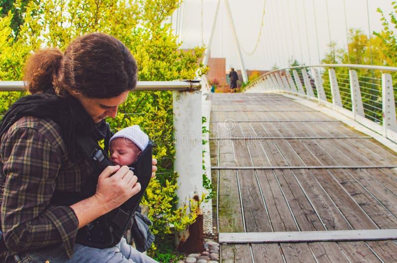 Nowonarodzony ojciec wpólnie parkuje dziecko przewoźnika ojcostwa tło zdjęcia royalty free