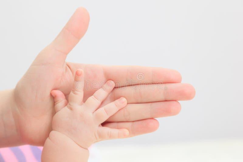 Nowonarodzony ręka chwyt rodzicem fotografia royalty free