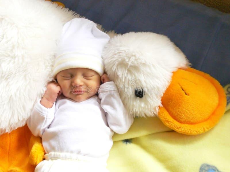 noworodek dziewczynki spać obrazy stock