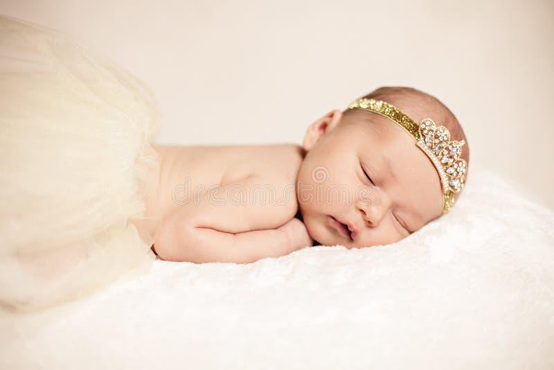 noworodek dziewczynki spać zdjęcie royalty free