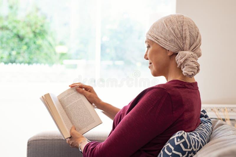 Nowotwór dojrzałej kobiety czytelnicza książka obrazy stock