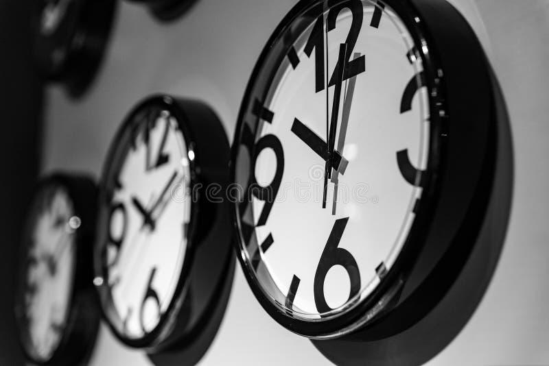 Nowy ścienny zegar sprzedający w sklepie obrazy stock