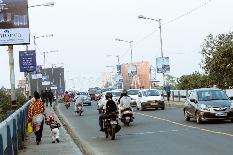 Nowy Alipore, Kolkata: Wieczór ruch drogowy w mieście, samochody na autostrady drodze, ruchu drogowego dżem przy ulicą po spadać fotografia royalty free