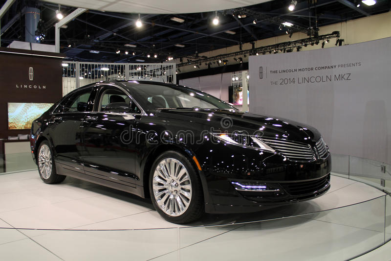Nowy ameerican ikonowy sedan przy auto przedstawieniem zdjęcie stock