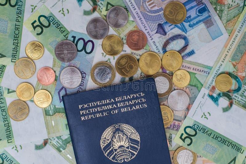 Nowy belorussian pieniądze i paszport Monety i banknoty pojęcia tła diety jaj złoty finansów zdjęcie royalty free