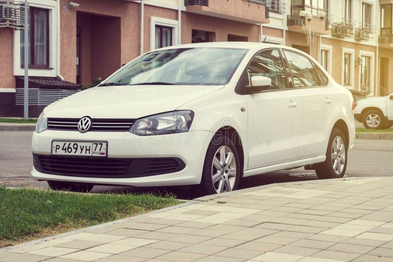 Nowy biały Volkswagen Polo parkujący na ulicie obrazy stock