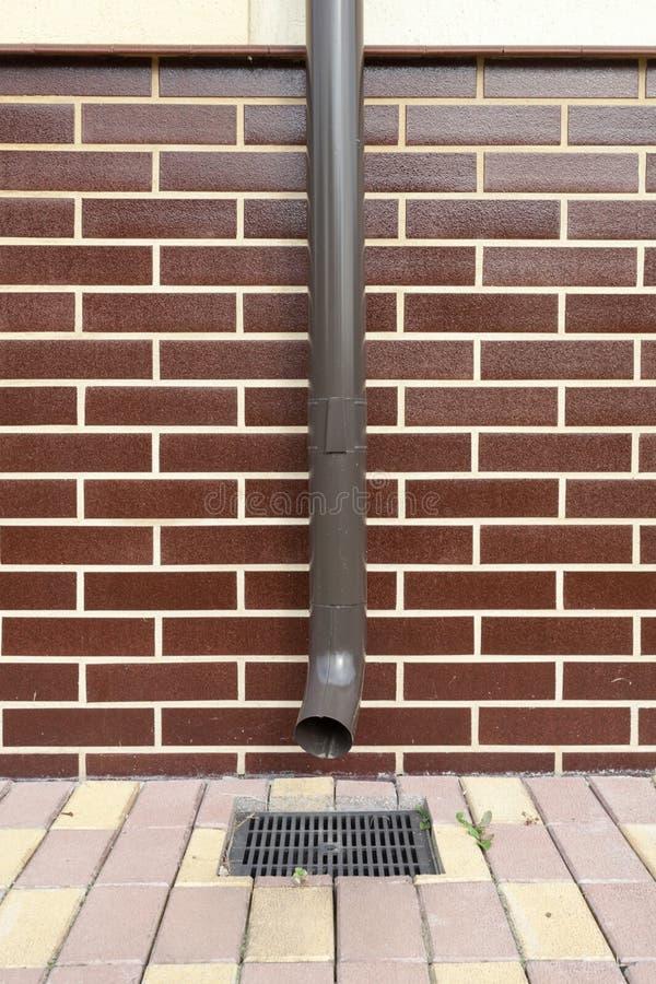Nowy brązu groszaka odciek w domu z brickwork fotografia stock