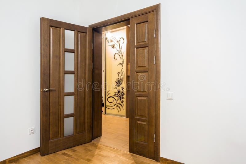 Nowy brown drewniany drzwi w domowym wnętrzu zdjęcie royalty free