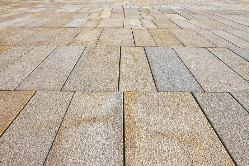 Nowy brukowanie robić z kamiennymi blokami prostokątny kształt w zwyczajnej strefie z szerokimi złączami dla drenażu deszczówka obraz stock