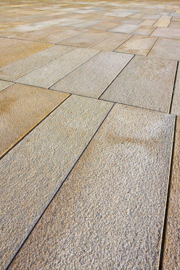 Nowy brukowanie robić z kamiennymi blokami prostokątny kształt w zwyczajnej strefie z szerokimi złączami dla drenażu deszczówka obraz royalty free