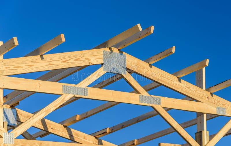 Nowy budowa dach z drewnianą kratownicową strukturą z niebieskiego nieba tłem zdjęcie stock