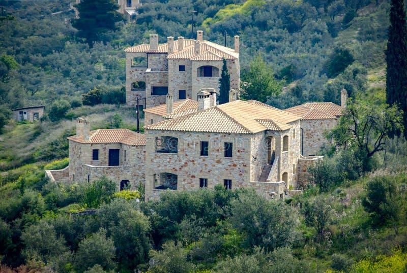 Nowy budujący luksusowy kamienia dom z ceramicznymi dachami otaczającymi zieloną naturą Grecja fotografia stock