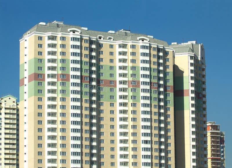 Nowy budujący nowożytny budynek mieszkaniowy cegła z jasnym niebieskim niebem obrazy stock
