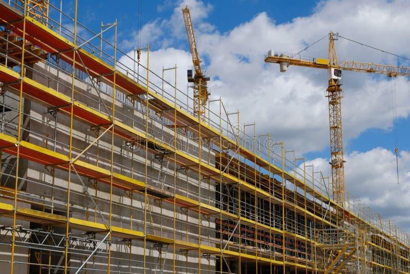 Nowy budynek budowy stite, rusztowanie i żuraw na buldi, zdjęcia stock