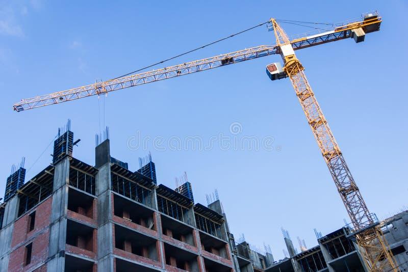 Nowy budynek ono buduje z use basztowy żuraw jibbing zdjęcia royalty free