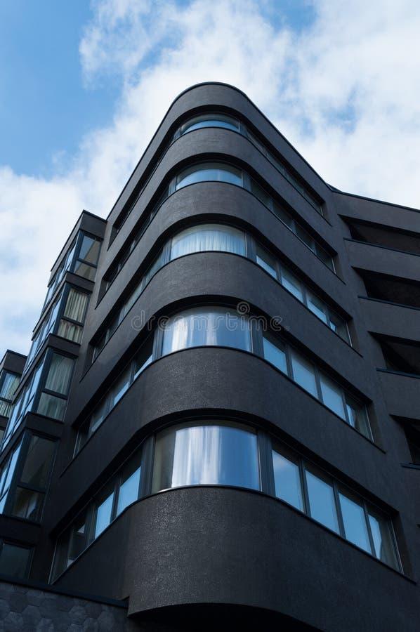 Nowy czarny budynek mieszkalny zdjęcie royalty free
