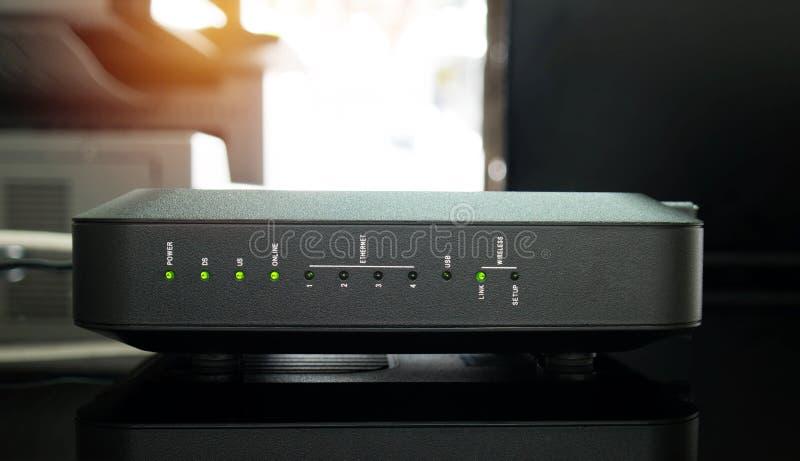 Nowy czarny wifi router w biurze obraz royalty free