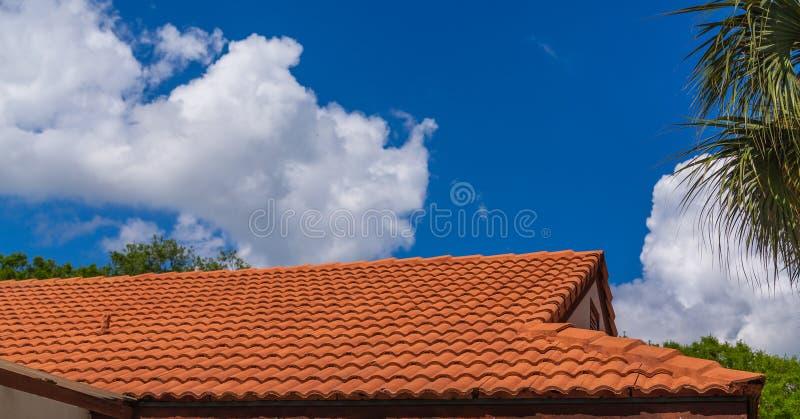 Nowy Czerwony Dachówkowy dach Pod niebieskimi niebami fotografia stock