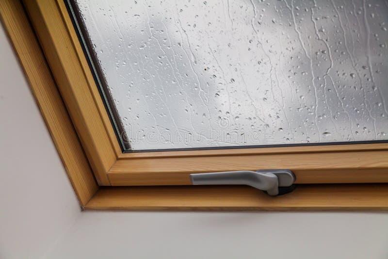 Nowy dachowy okno podczas deszczów z kroplami na szkle fotografia stock