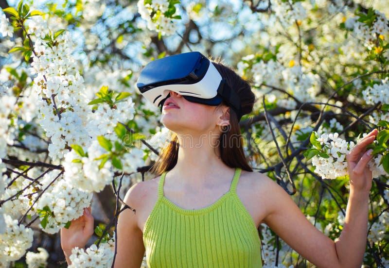 Nowy doświadczenie Wirtualna technologii symulacja Ładna dziewczyna w rzeczywistości wirtualnej słuchawki Śliczna dziewczyny sztu zdjęcie royalty free
