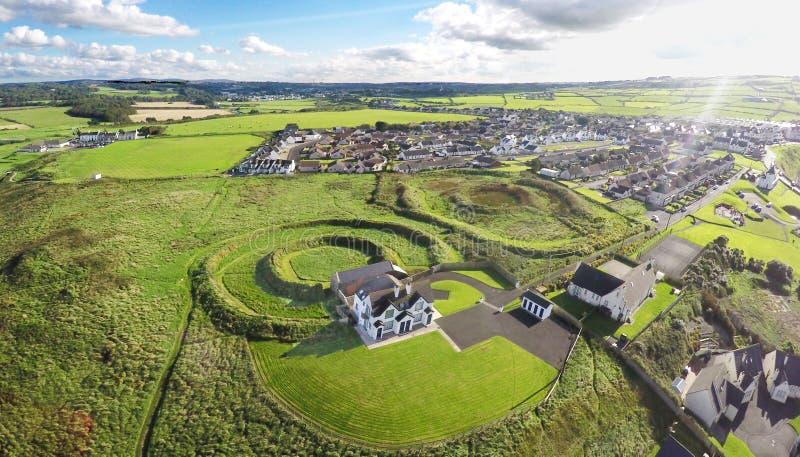 Nowy dom budował w Neolitycznym Ringowym Portballintrae Co Derry Północny - Ireland 2017 zdjęcia royalty free