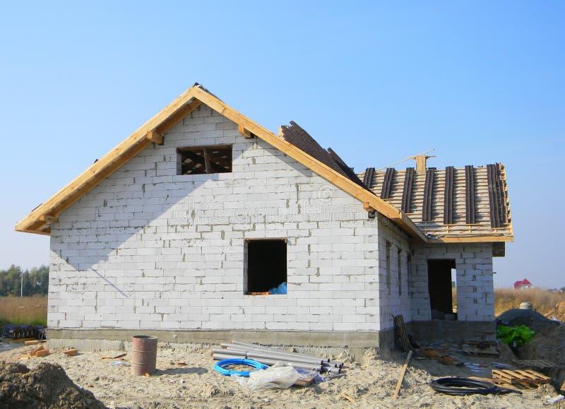 Nowy dom budowa z dekarstwo płytkami Dekarstwo budowa zdjęcie stock