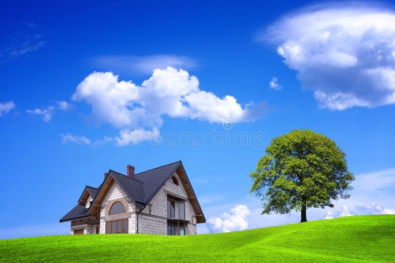Nowy dom i zieleni środowisko zdjęcie stock
