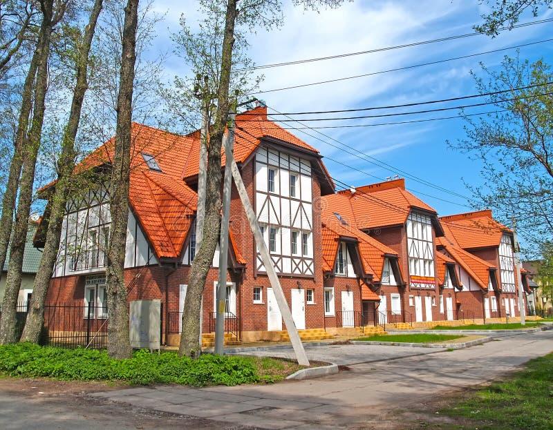 Nowy dom miejski pod czerwonym dachówkowym dachem zdjęcia royalty free
