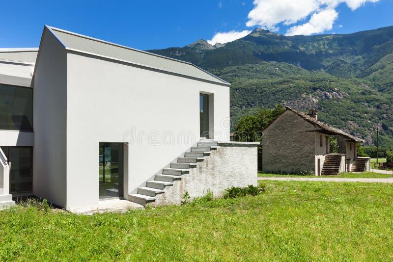 Download Nowy dom, outdoors obraz stock. Obraz złożonej z mieszkaniowy - 57665915