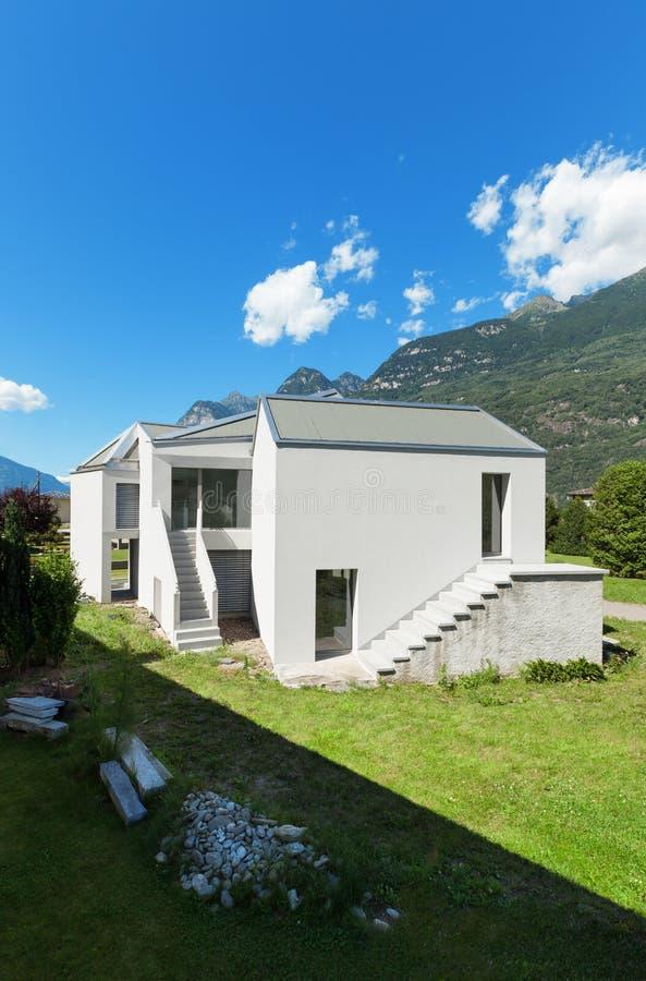 Download Nowy dom, outdoors obraz stock. Obraz złożonej z greenbacks - 57669043