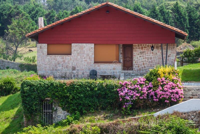 Nowy dom z ogródem w obszarze wiejskim pod pięknym niebem obrazy royalty free