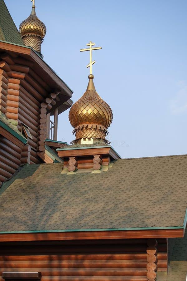 Nowy drewniany Ortodoksalny kościół, kopuła z krzyżem i niebieskie niebo, Rosja obraz royalty free