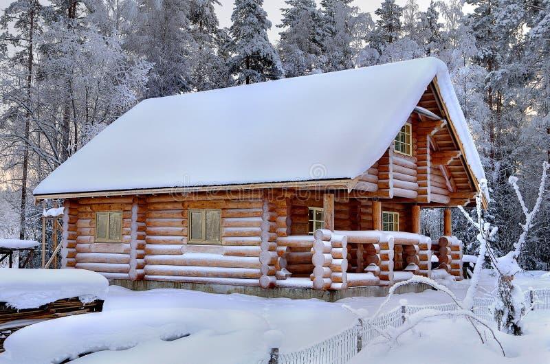 Nowy drewniany Rosyjski sauna w śnieżnym zima lesie, słoneczny dzień fotografia stock