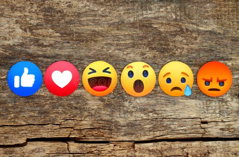 Nowy Facebook jak guzika 6 Emoji Empathetic reakcje na drewnianym tle ilustracja wektor