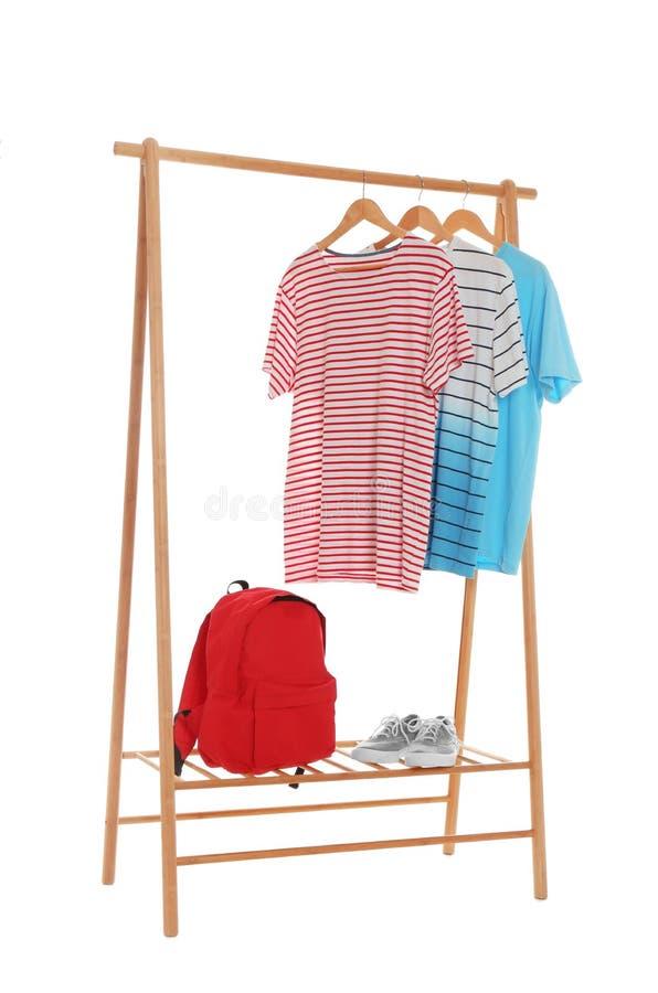 Nowy garderoba stojak z eleganckimi mężczyzn ubraniami, butami i obraz stock