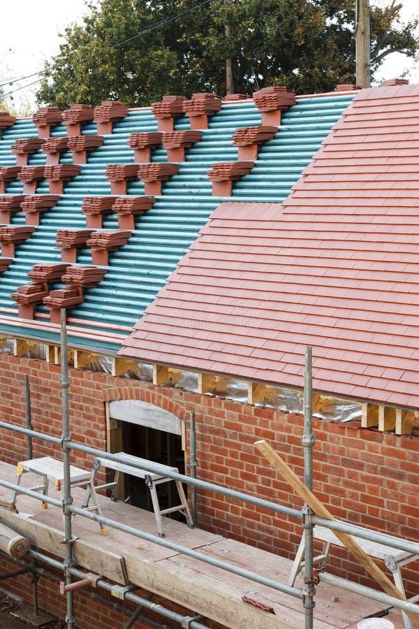 Nowy gliniany dachówkowy dach obraz stock