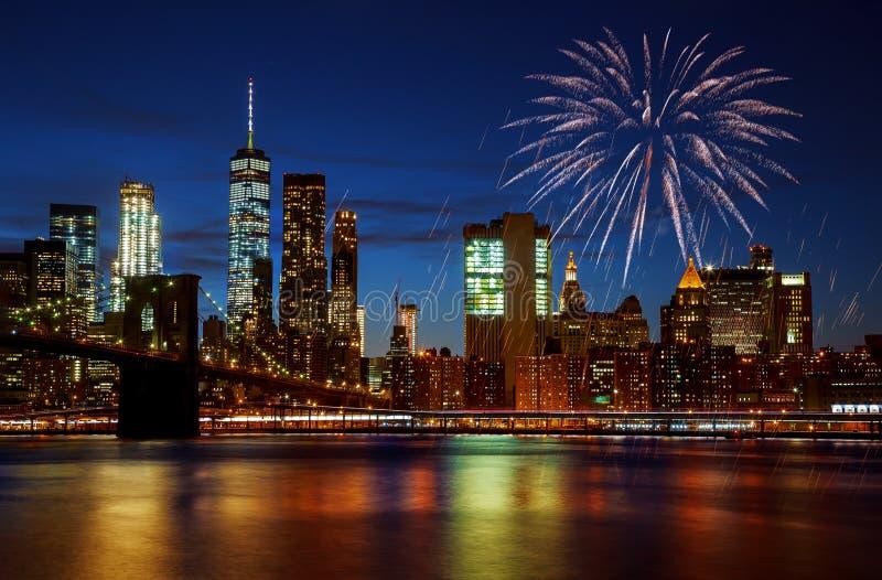 Nowy Jork City&-x27; s Manhattan i mostu brooklyńskiego linia horyzontu iluminował zadziwiających fajerwerki w dniu niepodległośc obraz royalty free