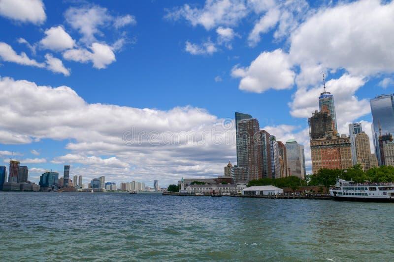 Nowy Jork, czerwiec 15, 2018: Patrzeje na żaglówce pływa statkiem w Nowy Jork schronienia budynkach Manhattan wyspa w tle fotografia stock