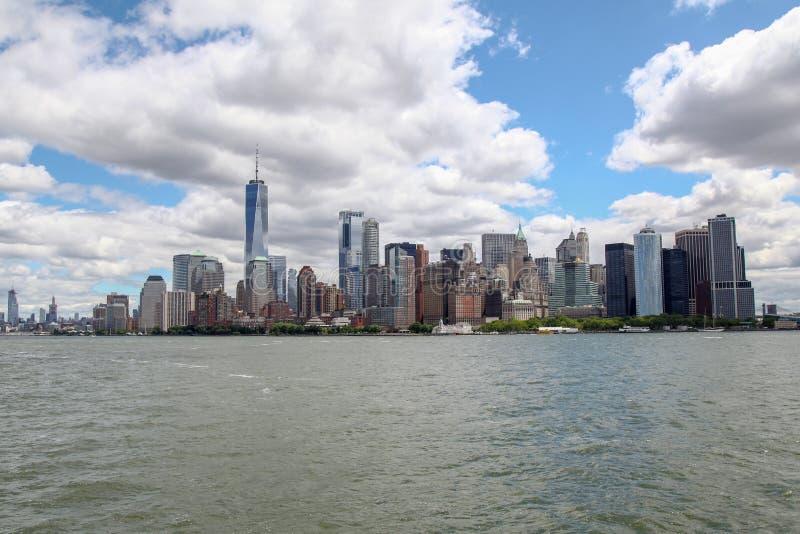 Nowy Jork, czerwiec 15, 2018: Patrzeje na ?agl?wce p?ywa statkiem w Nowy Jork schronienia budynkach Manhattan wyspa w tle obrazy stock