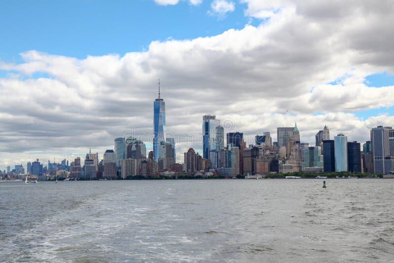 Nowy Jork, czerwiec 15, 2018: Patrzeje na ?agl?wce p?ywa statkiem w Nowy Jork schronienia budynkach Manhattan wyspa w tle fotografia stock