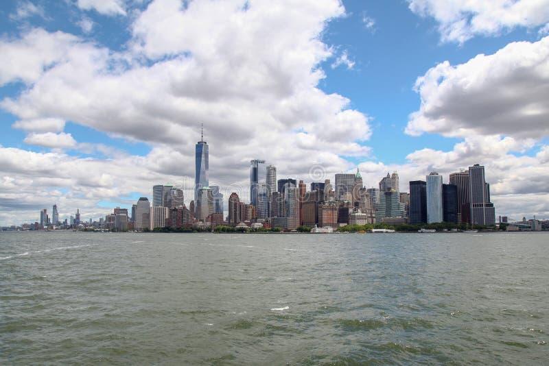 Nowy Jork, czerwiec 15, 2018: Patrzeje na ?agl?wce p?ywa statkiem w Nowy Jork schronienia budynkach Manhattan wyspa w tle obrazy royalty free